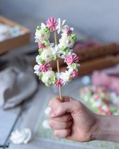Mum for mother's day in meringue Meringue Desserts, Meringue Cookies, Cupcake Cookies, Sugar Cookies, Meringue Food, Meringue Kisses, Bolo Mickey Baby, Kreative Desserts, Fall Cakes