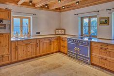 Kommunikatives Zentrum in diesem Landsitz in Wagrain, Salzburg, Österreich ist die Tischlerküche mit angrenzender romantischer Stube. Kitchen Island, Kitchen Cabinets, Decorating, Home Decor, Salzburg Austria, Centre, Home Kitchens, Farm Cottage, Real Estates