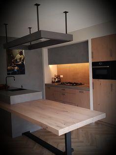 (Mijnmeubel) heeft deze gehele keuken op maat gemaakt, het eiland is uitgevoerd in een betonnen blok met daaraan vast de eettafel, de keukenwand is voorzien van hoge en lage kasten met eiken deuren. Ook de lamp hebben we volledig op maat gemaakt! Ook op zoek naar een netwerk keuken? Kijk dan snel op onze site: Kitchen Gadgets, Loft, Bed, Furniture, Home Decor, Ideas, Decoration Home, Stream Bed, Room Decor