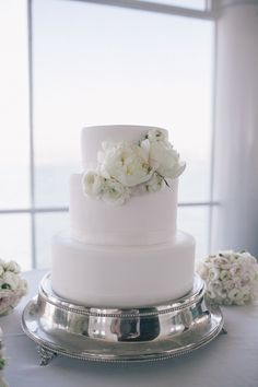 Just love these simple and chic cake flowers