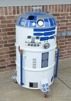 This Barbeque Grill was created by Philip Wise taking an ugly 55 gallon drum smoker and dressing it up like the cutest Star Wars d. Barbacoa, Star Wars Gadgets, Ugly Drum Smoker, Barris, 55 Gallon Drum, Metal Drum, Star Wars Merchandise, Star Wars Party, Bbq Party