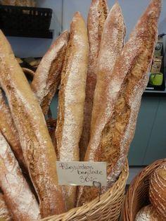 På begäran från en av våra kunder kan vi stolt presentera rågsurdegs baguette.