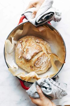 Miracle No Knead Bread! SO UNBELIEVABLY GOOD and ridiculously easy to make. crusty outside, soft and chewy inside - perfect for dunking in soups! Artisan Bread Recipes, Dutch Oven Recipes, Easy Bread Recipes, Gourmet Recipes, Baking Recipes, Baking Hacks, Recipes Dinner, Snacks Sains, Best Bread Recipe