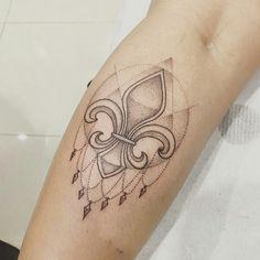 Depois de buscar várias referências e inspirações... enfim minha primeira tatuagem... uma flor de lis!! Karen Nicolau. Arte/tattoo Max Bonari