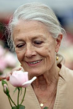 Stars and Star Gardens at the Chelsea Flower Show Actress Vanessa Redgrave, a study in aging gracefully, takes time to stop and smell the roses. This particular rose was named in the memory of her daughter (The Natasha Richardson Rose). Vanessa Redgrave, Pelo Color Plata, Natasha Richardson, Natural Beauty Recipes, Beautiful Old Woman, Ageless Beauty, Chelsea Flower Show, Aging Gracefully, Grey Hair