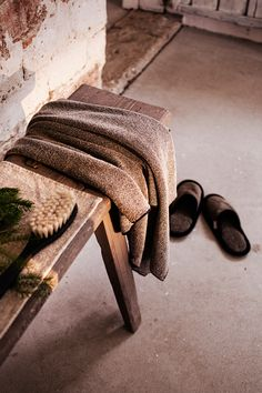 KIVI towel in linen-tencel and ONNI slippers in linen terry. Woven by Lapuan Kankurit in Finland