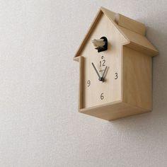 煙突のあるハウス型から小鳥がでてきてくれます。 シンプルな文字盤と、シンプルなデザイン、壁掛け置時計両用なので様々な場所で使えます。
