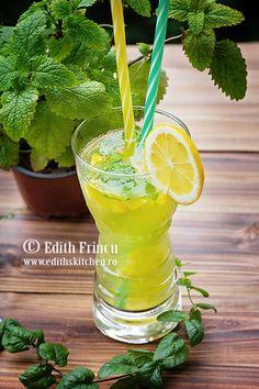 Lemonade with lemon balm Edith's Kitchen, Lemon Balm, Mocca, Frappe, Kiwi, Summer Drinks, Hurricane Glass, Lemonade, Healthy Recipes