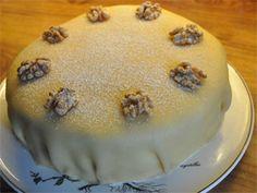 """""""Hvit dame"""" - marsipankake med makronbunn og knuste valnøtter - tradisjonell kake fra Bergen. Pudding, Cakes, Baking, Desserts, Blog, Tailgate Desserts, Deserts, Cake Makers, Custard Pudding"""