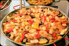 Spanish paella is a traditional dish made from a mixture of seafood and saffron infused rice, cooked in a flat, round pan. Description from bylanderseafood.blogspot.com.es. I searched for this on bing.com/images