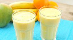 Deze mango banaan smoothie met sinaasappel is heel erg lekker en het is zo simpel om een mango smoothie te maken! Stop wat mango en yoghurt in de blender, even mixen en je bent klaar. En deze snelle smoothie is behalve lekker ook nog eens super gezond. Dat komt goed uit :-).