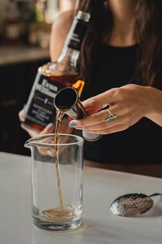 How do you make an Old Fashioned and a Manhattan and what is it that makes them different? Refreshing Drinks, Fun Drinks, Yummy Drinks, Whiskey Sour, Rye Whiskey, Whiskey Cocktails, Classic Cocktails, Spicy Bite, Manhattan Cocktail