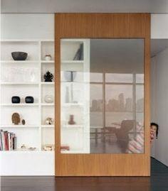 porta de correr com transparência não esconde os nichos feitos na parede ao lado