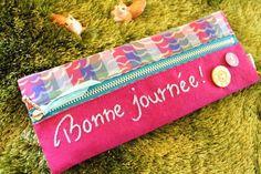 リバティ生地にカラフルなリネンを合わせ、フランス語で「bonne journée!」『よい一日を!』と刺繍したペンケースです。ファスナーに付いたリボンもポイント♡中の生地は濃いめの紫のギンガムチェック。大人っぽいシェルボタンも付けました!サイズは、横20.5㎝ 縦8㎝です。今だけ送料無料です。(大きいものはゆうパック、小さいものは定形外郵便、ゆうメールにて配送する予定でいます。)※Pommeの商品は、一つ一つ皆違います※刺繍のメッセージ、リバティの柄、合わせるリネンの色は何十色の中から選び、ぴったりのUSAのポップなボタンやシックなビンテージのボタン、カラフルなリボンを付けます。合わせ方は、季節を感じたり、私のそのときの思いだったり、流行の色合わせだったり。。あなただけのお気に入りが見つかりますように!