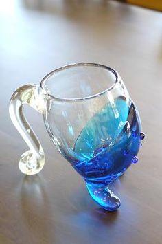 琉球ガラスのビアマグは、 足の付いた面白いデザインで、 くるんとした持ち手が、手にしっくりなじみます。