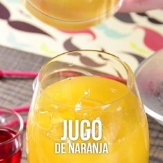 Video of the classic sunrise tequila Tequila Sunrise, Tequila Drinks, Cocktail Drinks, Alcoholic Drinks, Tequila Bebidas, Malibu Cocktails, Yummy Drinks, Healthy Drinks, Drink Recipes