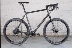Le vélo de voyage Victoire Versus en acier sur-mesure de Jules