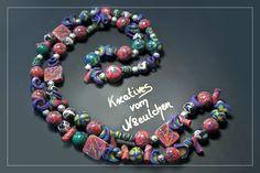 Ausgefallene Halskette bestehend aus 90 handgefertigten Perlen aus Polymer Clay und 24 Kunststoffperlen.    Polymer Clay ist eine ofenhärtende Modelli
