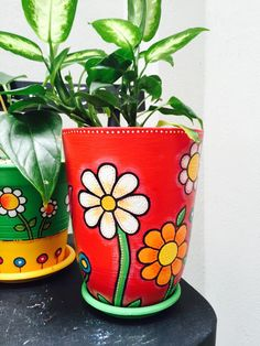 Planting in pots is really convenient. You can practically cram them anywhere you like.Here is the best DIY FLower Pots in the Internet! Flower Pot Art, Flower Pot Crafts, Clay Pot Crafts, Diy And Crafts, Painted Plant Pots, Painted Flower Pots, Painted Pebbles, Pottery Painting, Diy Painting