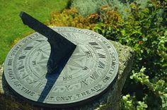 Reloj de sol en el plato de pizarra inscrito Noiseless cae al pie del tiempo que sólo pisa sobre las flores 1905, Little Hall, Lavenham, Suffolk, Inglaterra, Reino Unido, Europa  Fotógrafo  Nedra Westwater