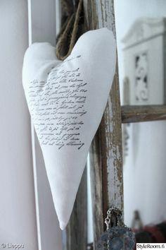 valkoinen,maalaisromanttinen,romanttinen,ompelu,teksti