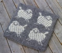 Flukten fra fårikålgryta Double Knitting, Holidays And Events, Diy Gifts, Pot Holders, Diy And Crafts, Knitting Patterns, Knit Crochet, Projects To Try, Throw Pillows
