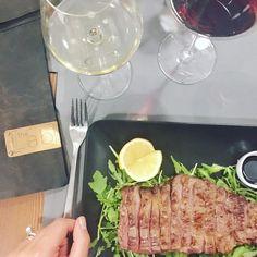Mi sto innamorando portata dopo portata.  Li vedete quei cerchietti nel calice? Servono per distribuire al centro il perlage del vino.  @thelabfoodtofeel #thelabfoodexperience . . . . #food #foodie #foods #foodstagram #foodnetwork #foodaddict #foodtruck #foodography #foodblogger #foodblog #fooddiary #foodpornography #wine #winelover #winelovers #winestagram #wineanddine #winery #winetasting #foodlovers #foodism #foodisfuel #foodiegram #wine #wineglass #winetour #hamburger #hamburguesas