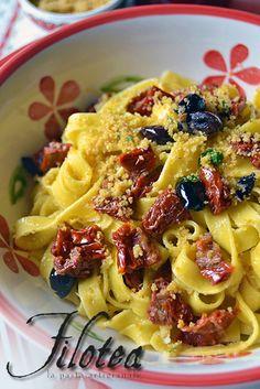 Tagliatelle con pomodori secchi, olive e pangrattato