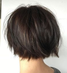 Razored Nape-Length Bob with Flyaways Short bobs with flyaways are easy to maintain and look great with straight hair. Razor the ends for an even more casual appearance. A nape-length bob is… Short Layered Haircuts, Choppy Bob Hairstyles, Bob Hairstyles For Fine Hair, Short Hairstyles For Women, Layered Hairstyles, Short Bobs, Simple Hairstyles, Short Straight Hairstyles, Short Straight Bob