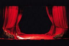 Le vele in HSE-SetaTempesta rossa, illuminate e raccolte ai lati del palcoscenico, spiccano sullo sfondo di un ciclorama in COS-TelaOscurante nera.