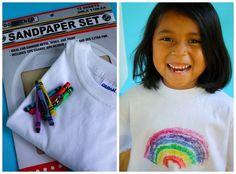 Buntstifte und Schleifpapier sind alles, was Deine Kinder brauchen, um mehr aus einem weißen T-Shirt zu machen.