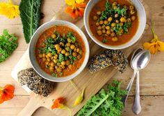 Denne suppe smager super dejligt. Den er fortrinsvist lavet af tomater, men der er også rødløg, hvidløg, rød peber, hvidløg og rosmarin i. Alle grønsagerne er bagt i ovnen først. Det trækker nogle …