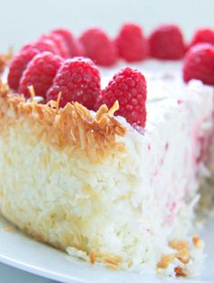 Raspberry Cheesecake with Coconut Crust A gorgeous no bake keto raspberry cheesecake recipe with a hint of lemon and a coconut macaroon crust!A gorgeous no bake keto raspberry cheesecake recipe with a hint of lemon and a coconut macaroon crust! Keto Desserts, Keto Friendly Desserts, Dessert Recipes, Milk Recipes, Cheese Recipes, Summer Desserts, Keto Snacks, Chicken Recipes, Dinner Recipes