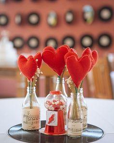 Tá sem grana pra festa de noivado ou chá de panela? Olha que centro de mesa fofo e baratinho: disco de vinil de base, garrafinhas de vidro e corações em feltro presos no palito de churrasco. Lindinho!!!❤️#ceub #casaréumbarato #casamento #wedding #centrodemesa #casamentobarato #casamentoeconômico #discodevinil #vinil #artesanal #diy #doityourself #casamentodiy