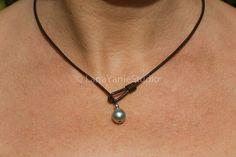 negro collar de perlas - collar de minimalista  Un collar perfecto - una fusión de un diseño limpio con la belleza natural de una sola perla de Tahití. Es delicado y audaz - todo al mismo tiempo! Y por supuesto, ninguna perla de agua dulce incluso cerca de la apariencia de una auténtica agua salada perla. Brilla desde dentro. La perla es acentuada con un cordón de plata sola. Un ejemplo perfecto de donde menos es más. Simple y elegante, el collar es tan fácil de usar - lo de vestir o…