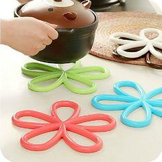 dessous de plat en forme de pétales de fleurs - coloured flower shaped table mat  - funny coloured cooking utensil - ustensile de cuisine rigolo de couleur