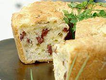 Bolo de Pão de Queijo Leva provolone, parmesão http://tvg.globo.com/receitas/maisvoce/bolo-de-pao-de-queijo-4f2fbd882b82706f880013c6