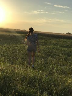 #field #nature #sunset #aesthetic #teenager #girl Sad Girl, Teenager Girl, I Feel Free, Fields, Sunset, Couple Photos, Nature, Backgrounds, Hearts