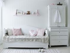 Mias Interiør: Rustic & casual girl's bedroom with wood daybed. white with pink accents. My New Room, My Room, Wood Daybed, Teen Bedroom, Bedrooms, White Rooms, Little Girl Rooms, Kid Spaces, Room Interior