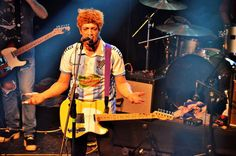 Pity Álvarez, hincha de Cerro   En su nueva presentación en Montevideo, el cantante de Viejas Locas portó la camiseta del club deportivo sobre el escenario