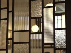 レトロな感じの硝子欄間。模様が異なる硝子を組み合わせたランダムな配置が素敵です。 Window Design, Door Design, House Design, Home Interior Design, Interior Architecture, Interior And Exterior, Room Divider Walls, Room Partition Designs, Japanese Interior