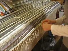 Fleckerlteppich Fransen knüpfen Sehr Interessant - YouTube Wood, Youtube, Crafts, Print Store, Woven Chair, Fringes, Handarbeit, Manualidades, Woodwind Instrument