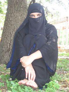 Simple beauty in niqab Arab Girls Hijab, Girl Hijab, Muslim Girls, Muslim Couples, Beautiful Arab Women, Beautiful Hijab, Belle Nana, Arabian Beauty Women, Iranian Women Fashion