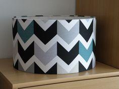 Abat-jour motif chevrons blancs, bleus, gris argentés, beiges et noirs : Luminaires par anne-claude-c