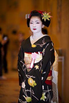 Maiko Naokazu from Kamishichiken wearing a huge momiji (maple leaf) kanzashi