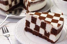 Nu e cel mai usor tort, insa cu siguranta arata sublim si il vei manca cu pofta! Uite cum pregatesti un tort Tabla de Sah, un desert ce pare o iluzie optica, dar care se face mai usor decat ai crede.