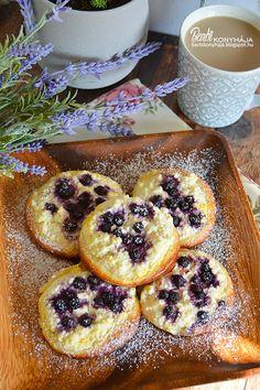 Barbi konyhája: Túrós, áfonyás korongok Doughnut, French Toast, Muffin, Food And Drink, Barbie, Breakfast, Drinks, Kuchen, Morning Coffee