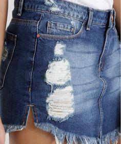 Saia confeccionado em jeans. A lavagem tem detalhe de rasgos e puídos. A parte frontal conta com três bolsos enquanto a parte posterior tem dois. O cós tem passantes e fechamento por botão e zíper. A barra é desfiada.  Com esse short saia você terá um look cheio de estilo para curtir os dias de sol!  Composição: 100% Algodão  Modelo Veste: 38 Altura: 1,75m Busto: 81cm Cintura: 63cm Quadril: 90cm