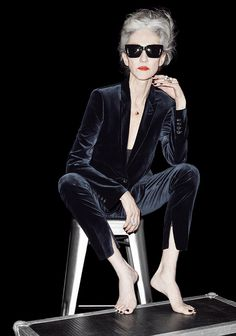 Women in suits. ///linda rodin in a velvet suit Fashion Over 50, Look Fashion, Fashion Mode, Spring Fashion, Casual Chic, Cooler Look, Advanced Style, Ageless Beauty, Rodin