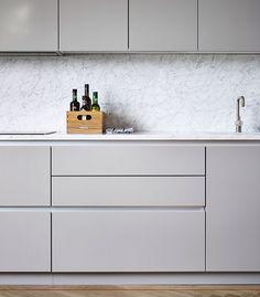 Bänkskiva och stänkskydd i Cararra marmor. Lister i aluminium.
